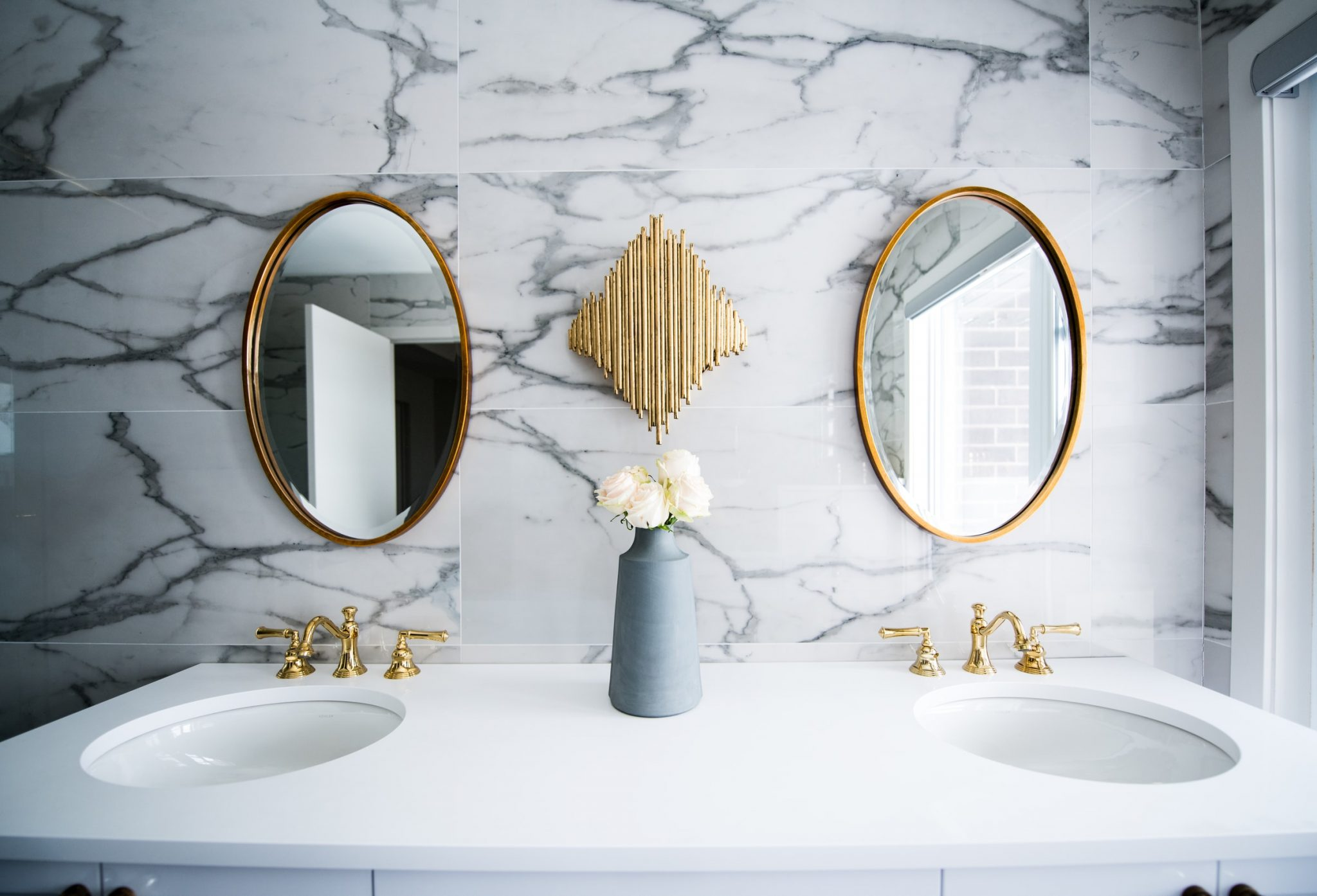 marble nad gold bathroom decor