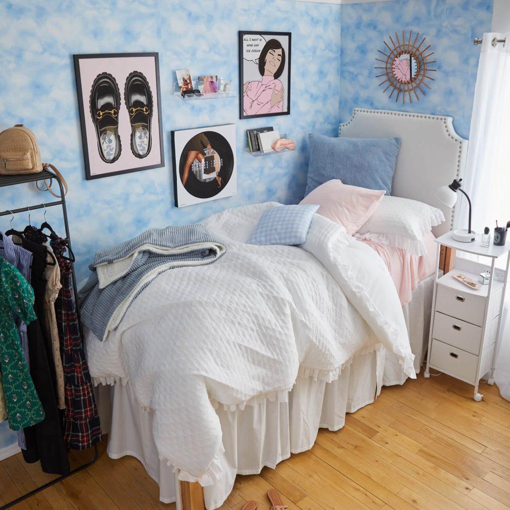 pink and blue dorm room decor